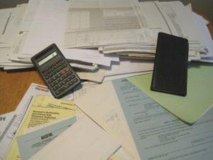 disorganized desktop clutter